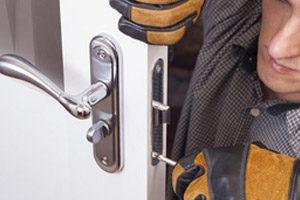 Professionnel changeant la serrure d'une porte
